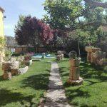 viaggiare-zaino-in-spalla-albergue-boadilla-del-camino-giardino-ristorante