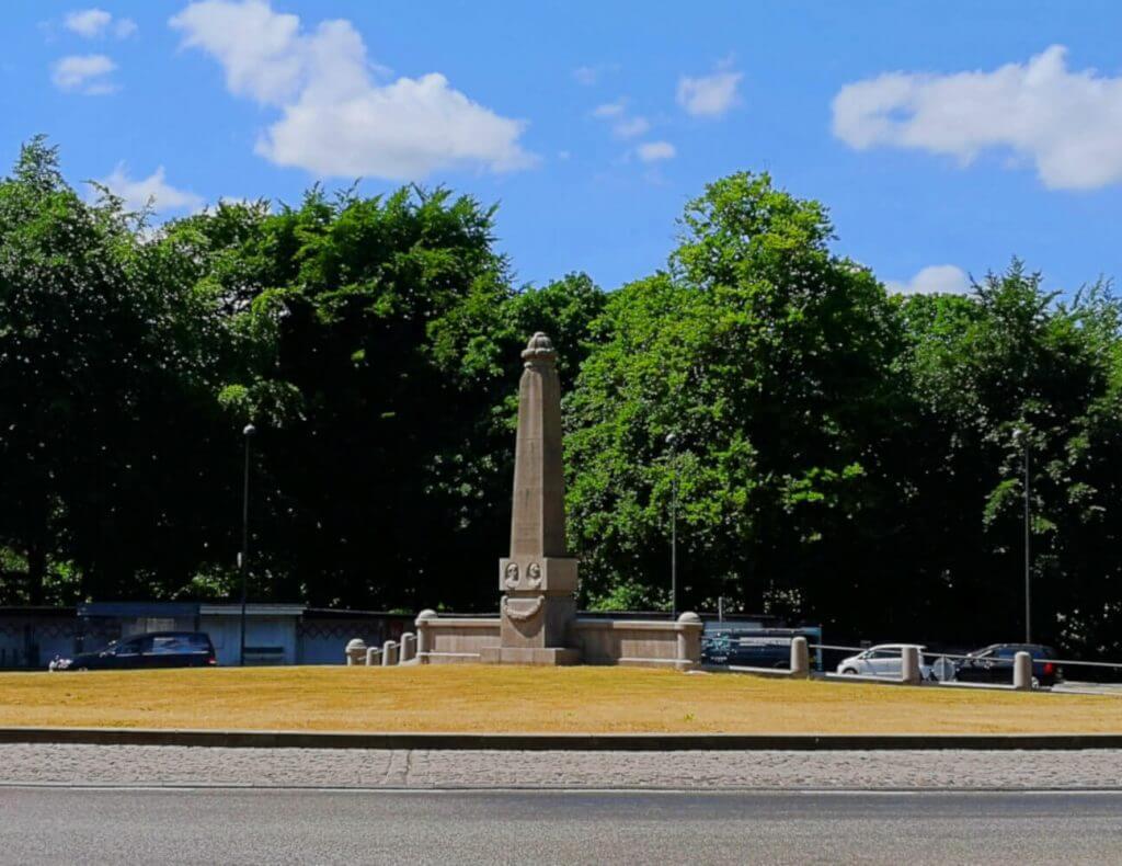 viaggiare-zaino-in-spalla-bernstorffs-parken-obelisco