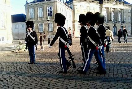 viaggiare-zaino-in-spalla-cambio-della-guardia-reale