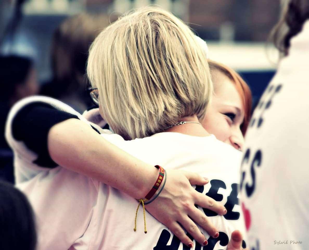 viaggiare-zaino-in-spalla-free-hugs