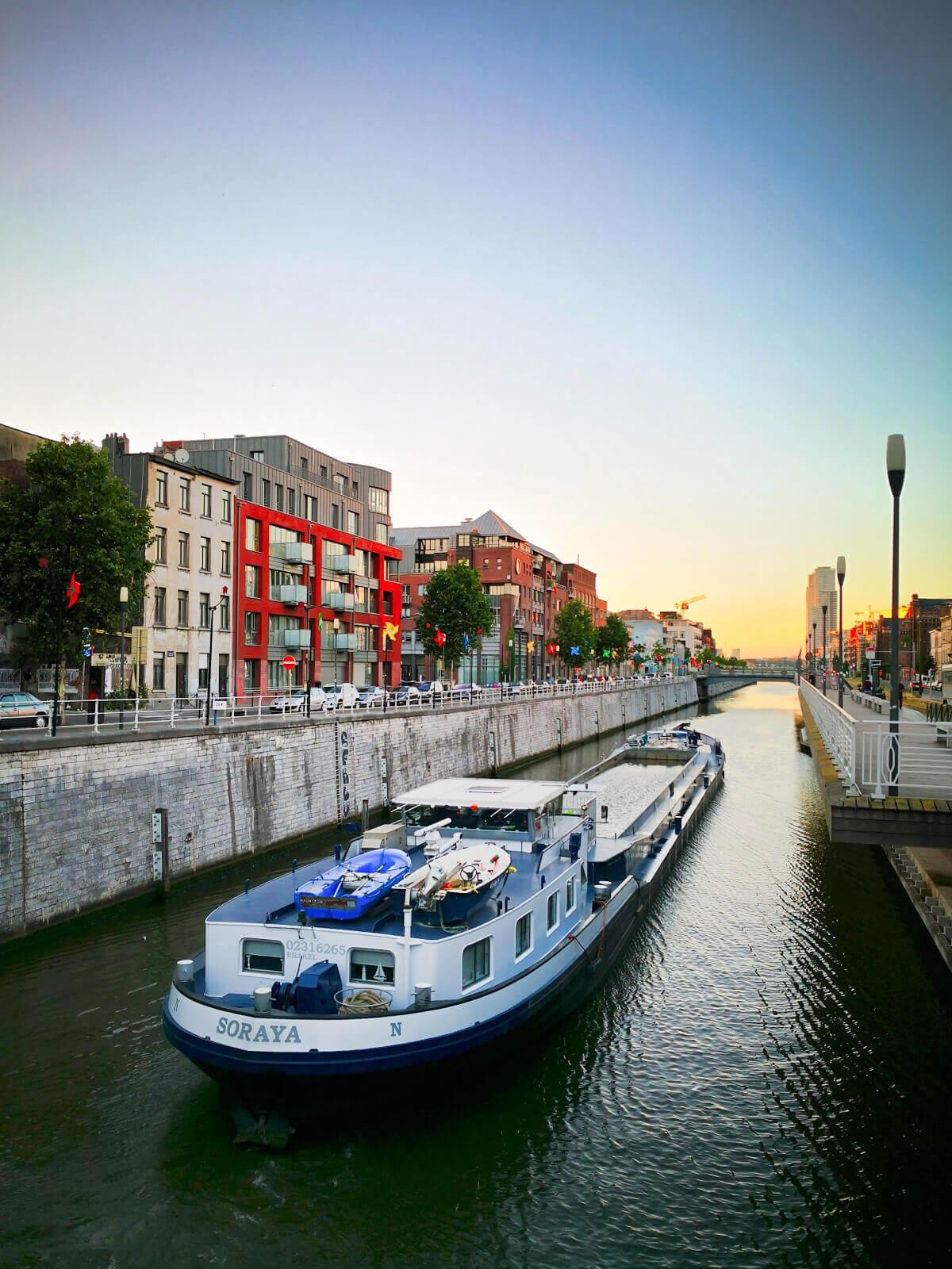 viaggiare-zaino-in-spalla-bruxelles-canale-battello