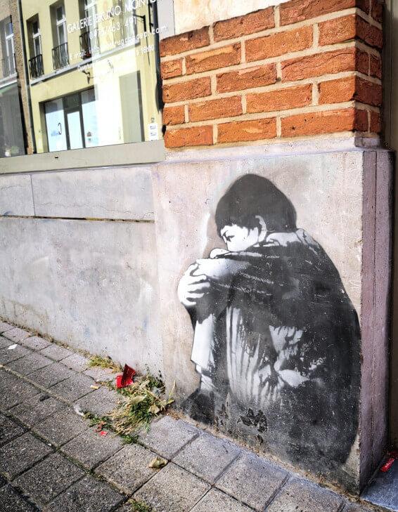 viaggiare-zaino-in-spalla-murales-street-art-bruxelles-bambino-che-piange