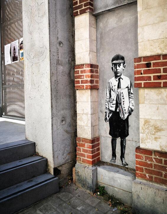 viaggiare-zaino-in-spalla-murales-street-art-bruxelles-bambino-su-muro