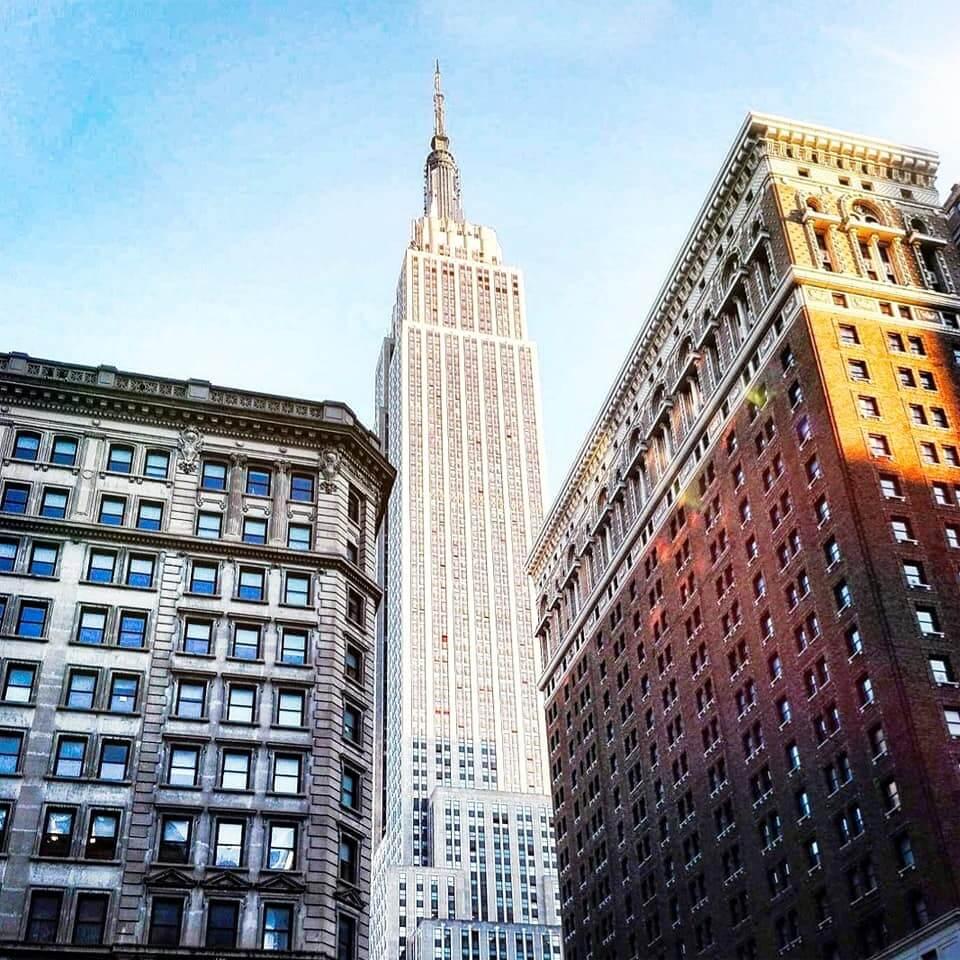 viaggiare-zaino-in-spalla-natale-a-new-york-empire-state-building-scorcio-tra-palazzi