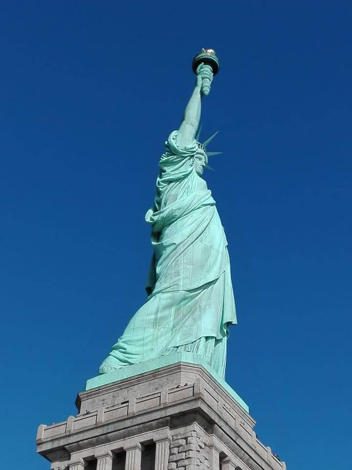 viaggiare-zaino-in-spalla-natale-a-new-york-visita-alla-statua-della-libertà
