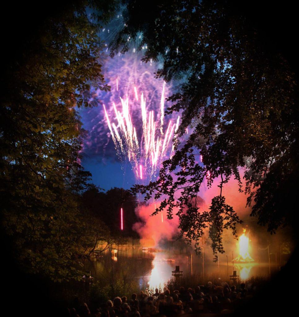 viaggiare-zaino-in-spalla-fuochi-d-artificio-sankt-hans-solstizio