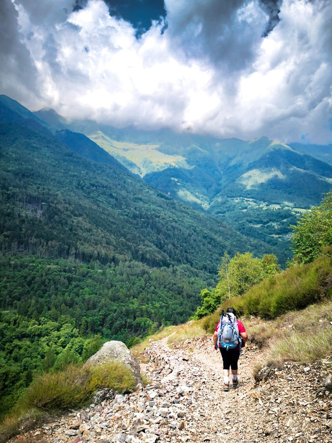 viaggiare-zaino-in-spalla-cammino-di-carlo-magno-tra-le-montagne