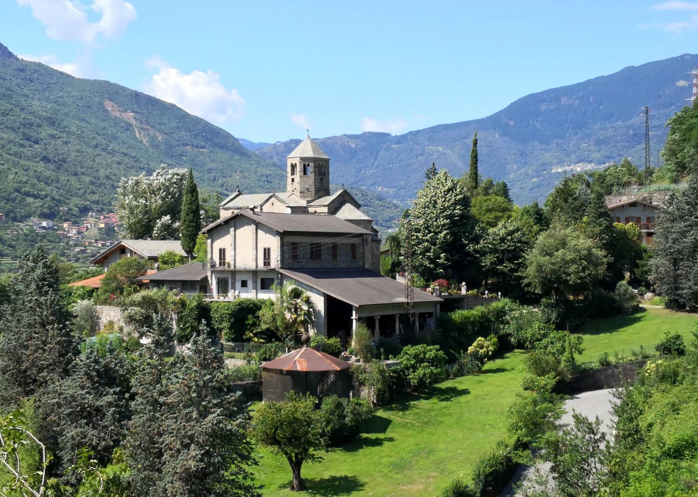viaggiare zaino in spalla in cammino verso monastero di san salvatore