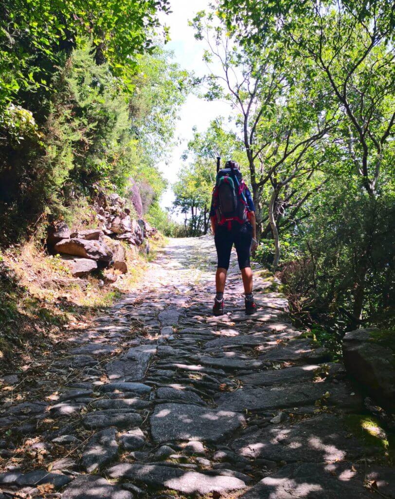 viaggiare-zaino-in-spalla-in-cammino-verso-il-lago-moro