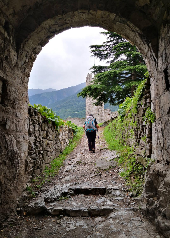 viaggiare-zaino-in-spalla-ingresso-al-castello-di-breno