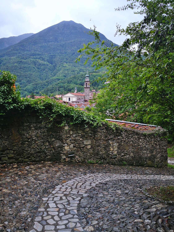 viaggiare-zaino-in-spalla-salita-del-castello-di-breno